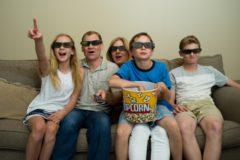 3D眼鏡をかけて映画をみる家族