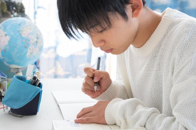 勉強を頑張る男子高校生