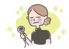 マイクを手にうれし泣きする母親コーチ