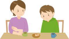 男の子の話を傾聴する母親