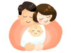 両親の胸に抱かれる赤ちゃん