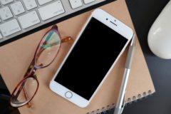 パソコンと携帯と眼鏡とノート