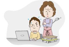 勉強する子どもを見張ってイライラしている母親