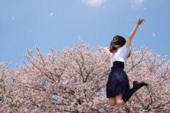 合格してジャンプする女子中学生