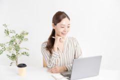 パソコンで勉強する女性