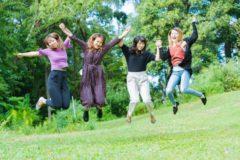 ジャンプする4人の女子大生