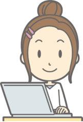 パソコンでブログを書く母親