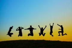 飛び跳ねる若者たち