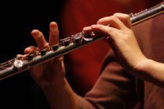 フルートを演奏する女性