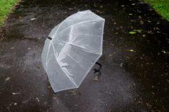 雨の中置かれた傘