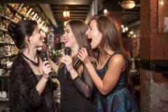 歌を歌う3人の女性