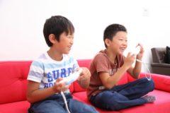楽しそうにゲームをする小学生の男の子二人