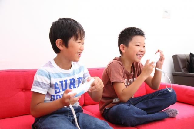ゲームする小学生男子達