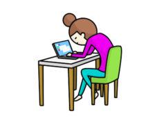 パソコンに夢中の母親