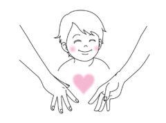 手をつなごうとする両親に微笑む男の子