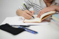 勉強する高校生男子