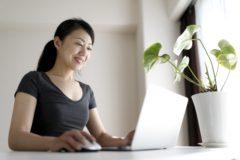 オンライン(パソコン)で勉強する母親