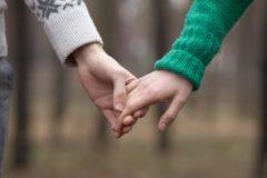 手をつなぐ男女