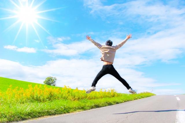 自由に飛び跳ねる男性
