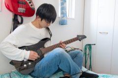 ギターを弾く男の子